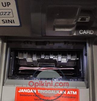 uang keluar dari mesin ATM